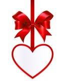 Карточка сердца с смычком на белой предпосылке Стоковые Изображения RF