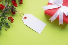 Карточка сообщения с подарком и цветками Стоковые Фото