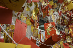 Карточка с изображением смертной казни через повешение обезьяны на рождественской елке TET приходя скоро китайское Новый Год Стоковое Фото