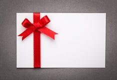 Карточка с красными смычками лент Стоковое Изображение RF