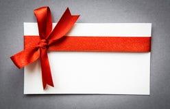 Карточка с красными смычками тесемок Стоковое Фото
