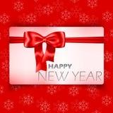 Карточка с новым годом с смычком и тесемка на предпосылке снежинки стоковое изображение