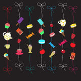 Карточка с покрашенными помадками, пирожными, ягодами на черной предпосылке Стоковое Фото