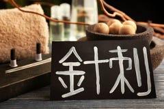 Карточка с словом ИГЛОУКАЛЫВАНИЕМ в китайце и поставках стоковые изображения rf