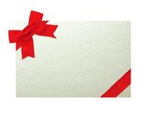 Карточка украшенная при красный смычок изолированный на белизне Стоковое Изображение RF