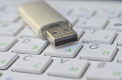 Карточка флэш-память USB на белой клавиатуре стоковые изображения rf