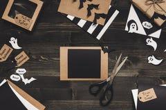 Карточка хеллоуина при украшение хеллоуина сделанное из бумаги ремесла Стоковое Изображение