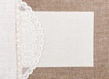Карточка холста на мешковине с кружевной и linen тканью стоковая фотография rf