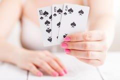Карточка черного Джека в игре играя карточек в женской руке Стоковое фото RF