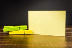 Карточка чистого листа бумаги с зажимкой для белья Стоковая Фотография