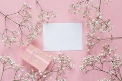 Карточка чистого листа бумаги с рамкой чувствительных маленьких белых цветков и Стоковые Фотографии RF