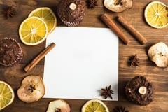 Карточка для текста на предпосылке декоративного плодоовощ, циннамона Стоковые Фотографии RF