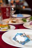 Карточки банкета для усаживая гостей Взгляд со стороны Карточка банкета на белом блюде праздничная таблица Украшенная таблица для стоковые фотографии rf