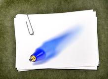 Карточки белой бумаги с ручкой adn Paperclip голубой Стоковые Фото
