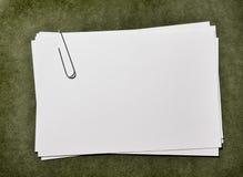 Карточки белой бумаги с Paperclip Стоковая Фотография