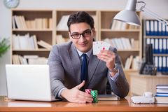 Карточки бизнесмена играя в азартные игры играя на работе Стоковые Изображения RF