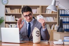 Карточки бизнесмена играя в азартные игры играя на работе Стоковое Изображение RF