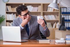 Карточки бизнесмена играя в азартные игры играя на работе Стоковые Фотографии RF