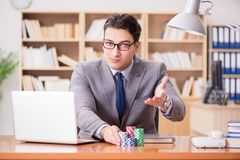 Карточки бизнесмена играя в азартные игры играя на работе Стоковая Фотография RF