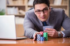 Карточки бизнесмена играя в азартные игры играя на работе Стоковая Фотография