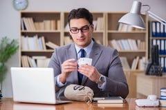 Карточки бизнесмена играя в азартные игры играя на работе Стоковое Фото