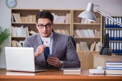 Карточки бизнесмена играя в азартные игры играя на работе Стоковое фото RF