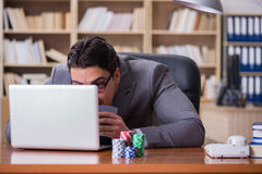 Карточки бизнесмена играя в азартные игры играя на работе Стоковые Фото
