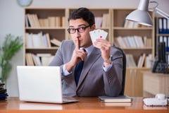 Карточки бизнесмена играя в азартные игры играя на работе Стоковые Изображения