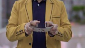 Карточки волшебника двигая играя в руках сток-видео