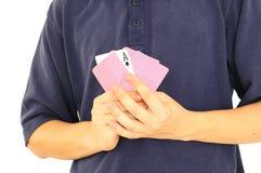 карточки держа играть человека Стоковая Фотография