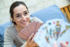 Карточки девушки портрета усмехаясь играя Стоковые Фотографии RF