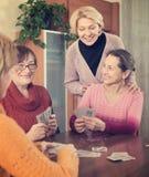 Карточки женских пенсионеров играя стоковое фото