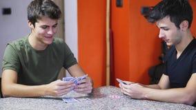 Карточки жизнерадостных друзей играя Стоковые Изображения