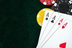 Карточки играя в азартные игры игры и обломоки денег Стоковая Фотография