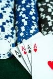 Карточки играя в азартные игры игры и обломоки денег Стоковое Фото