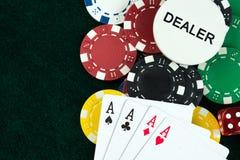 Карточки играя в азартные игры игры и обломоки денег Стоковые Фотографии RF