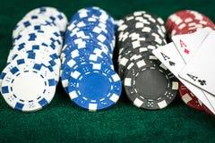 Карточки играя в азартные игры игры и обломоки денег Стоковое Изображение RF