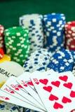 Карточки играя в азартные игры игры и обломоки денег Стоковые Фото