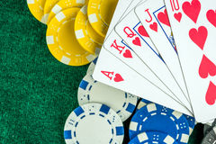 Карточки играя в азартные игры игры и обломоки денег Стоковые Изображения RF