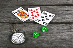 Карточки и dices на винтажной древесине Стоковое Фото
