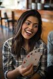 Карточки красивой женщины играя в баре Стоковое Изображение