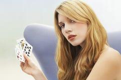 Карточки красивой женщины играя Стоковое фото RF