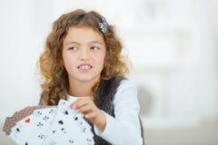 Карточки маленькой девочки портрета усмехаясь играя Стоковое Изображение