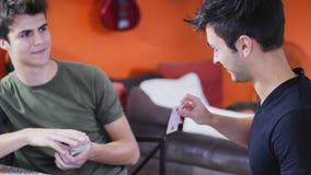 Карточки молодых друзей играя Стоковые Изображения RF