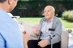 Карточки мужского смотрителя и старшего человека играя Стоковое Фото