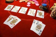 Карточки на таблице с обломоками покера Плохой удар в играть в азартные игры Стоковое Фото