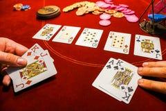 Карточки на таблице с обломоками покера Плохой удар в играть в азартные игры Стоковое фото RF