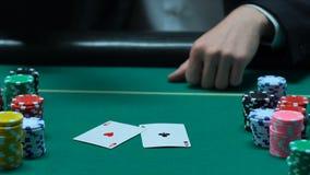 Карточки отверстия игрока в покер, пары тузов, везение в его руках, победа показа сток-видео