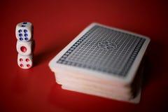 карточки покера и dices на таблице Стоковая Фотография RF