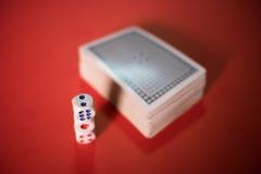 карточки покера и dices на таблице Стоковые Фотографии RF